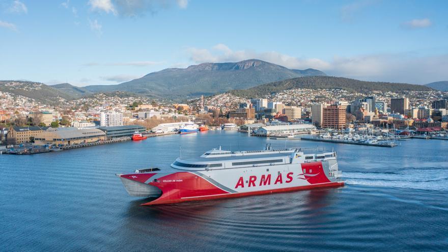 Naviera Armas recibe el 'Volcán de Taidía' y ultima su viaje a Canarias