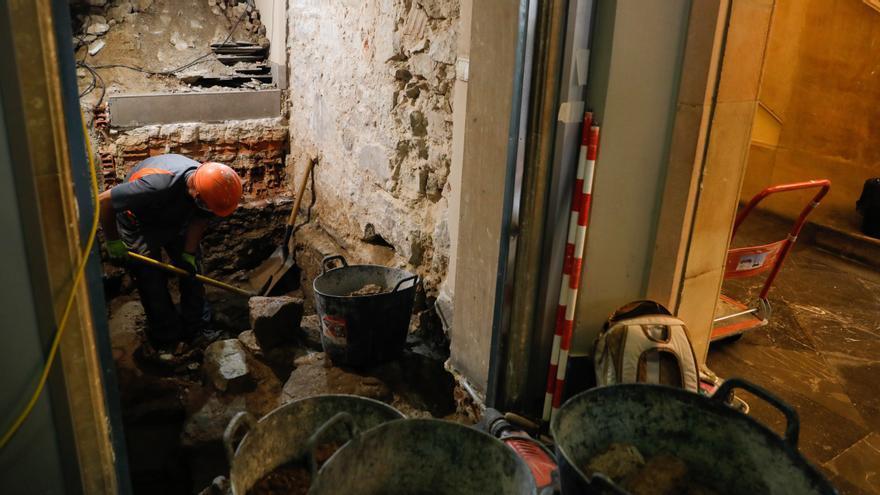 Comienza la retirada de las hiladas antiguas halladas en el subsuelo del Ayuntamiento de Avilés
