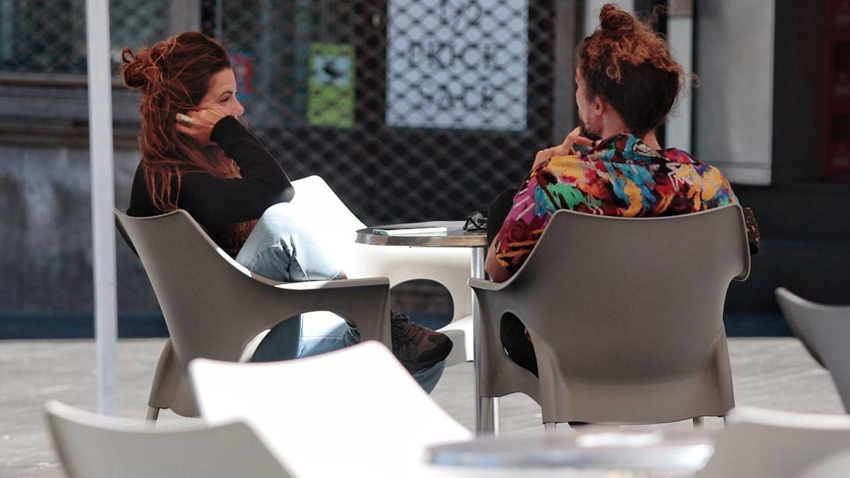 Dos mujeres esperan su comanda en un bar
