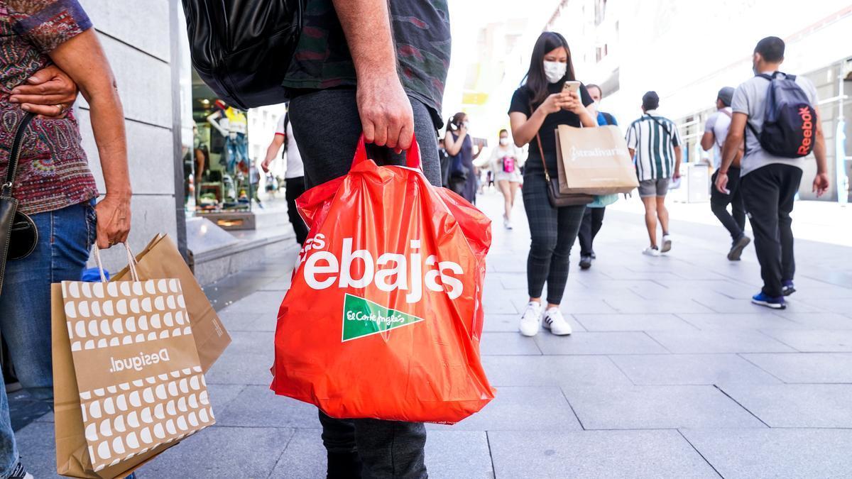 Consumidores en una calle de Madrid.