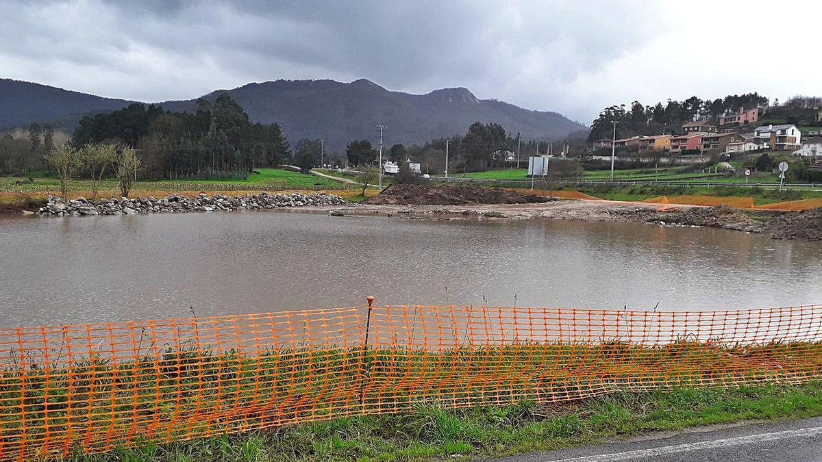 Terreno donde se ejecuta la construcción de una gasolinera, anegado, el mes pasado. |   // LA OPINIÓN
