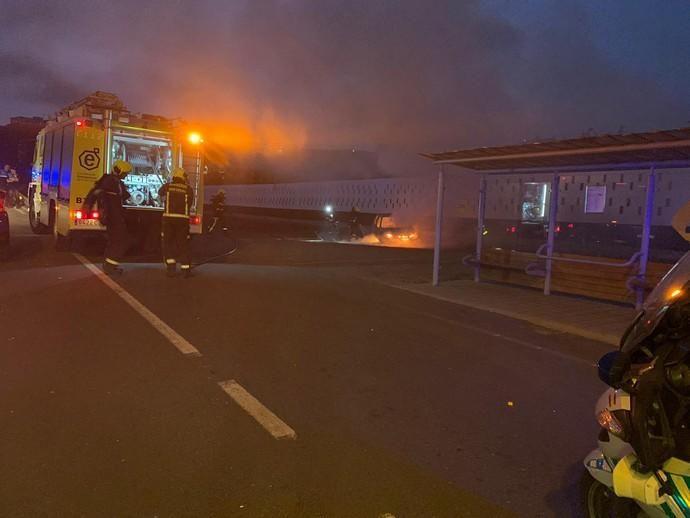 El incendio de un vehículo en Bañaderos provoca retenciones en la GC-2