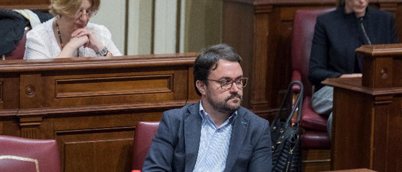 Asier Antona, en su escaño durante un pleno del Parlamento de Canarias.