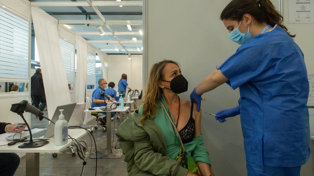 Una mujer se vacuna contra el coronavirus en Barcelona.