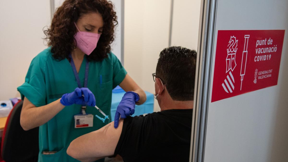 Una sanitaria inyecta un vial de la vacuna contra el coronavirus ayer en el punto de inmunización masiva ubicado en el Auditori de la capital de la Plana.