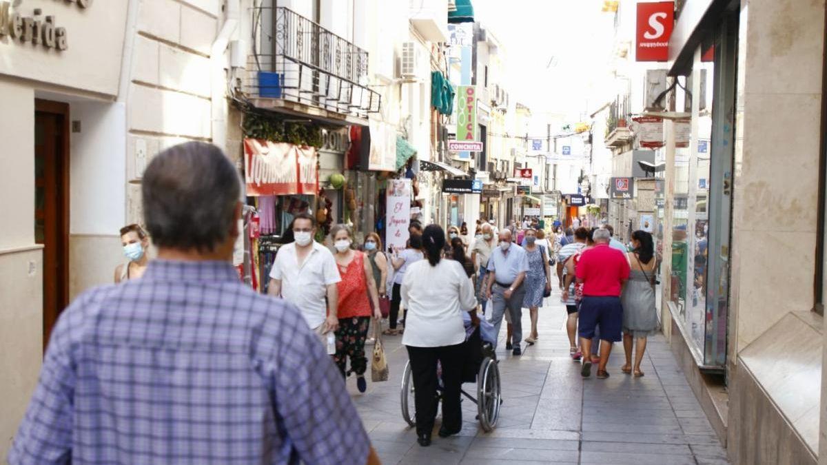 Viandantes por la calle Santa Eulalia, una de las principales arterias comerciales de la ciudad.