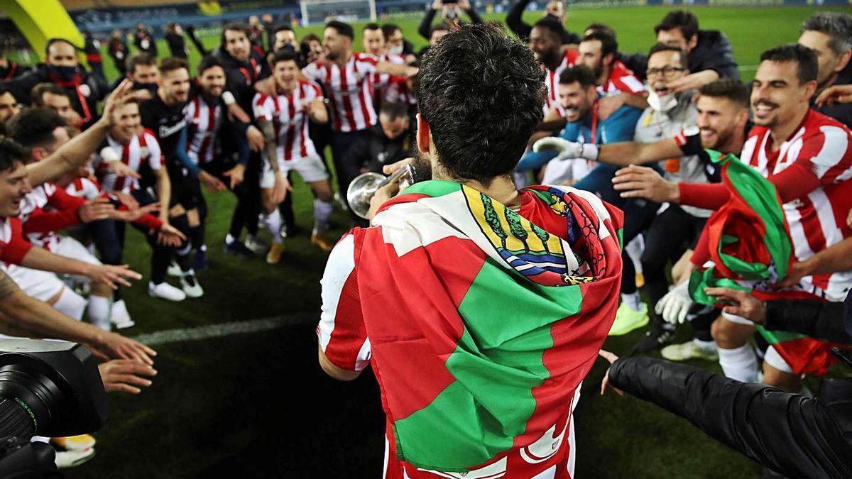 Villalibre toca la trompeta junto a sus compañeros para celebrar el triunfo. |  // EFE