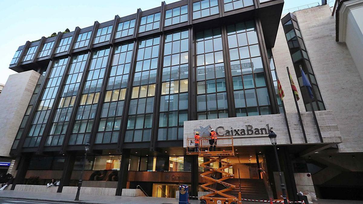 La antigua sede de Bancaja y Bankia, ya con el nombre CaixaBank, el sábado.   JM LÓPEZ
