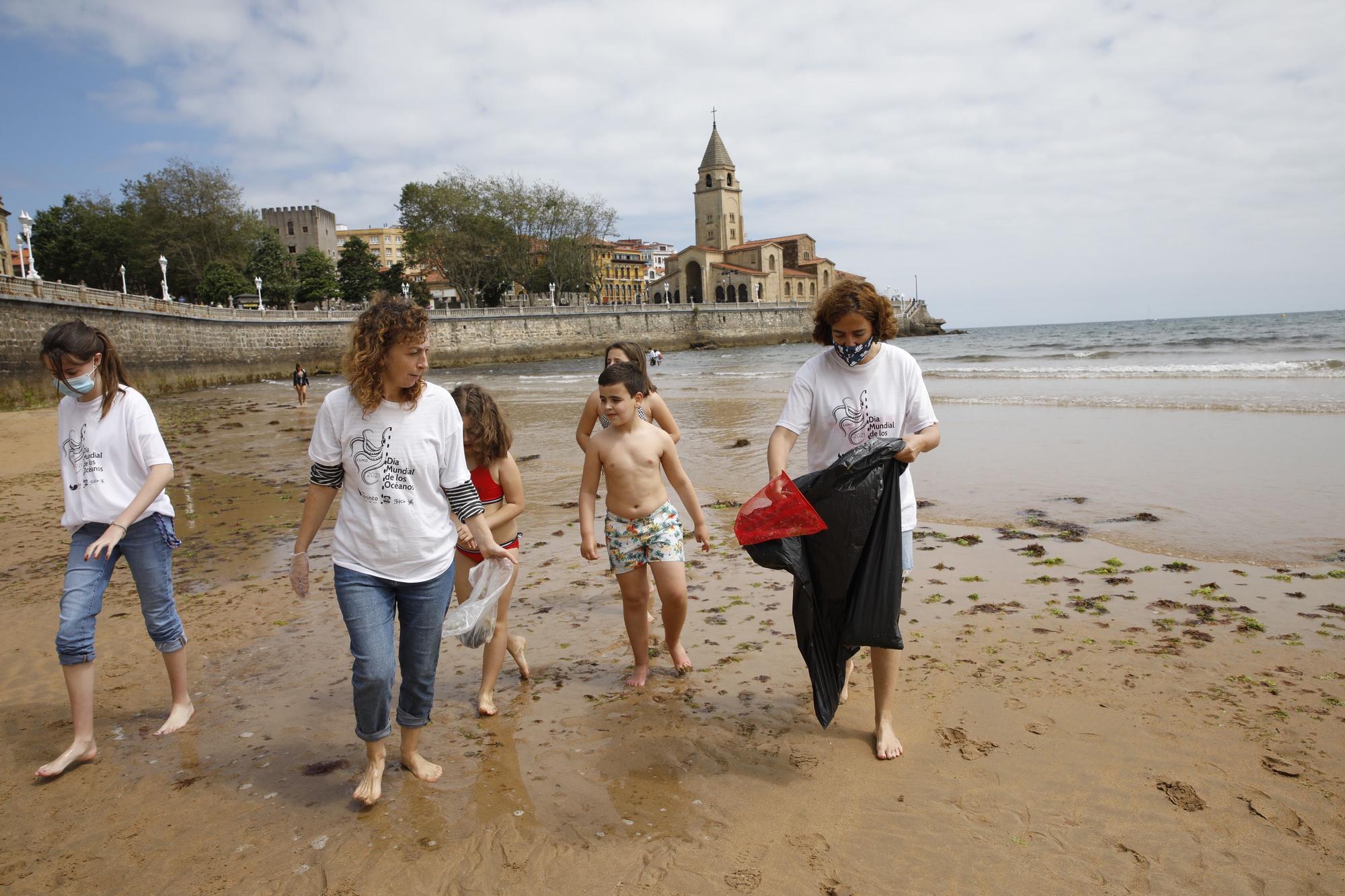 Recogida de plásticos en la playa de San Lorenzo