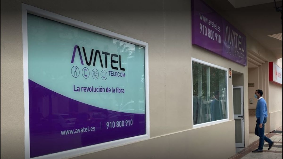 Imagen de la tienda de Avatel en la calle Huerta Nueva de Estepona.