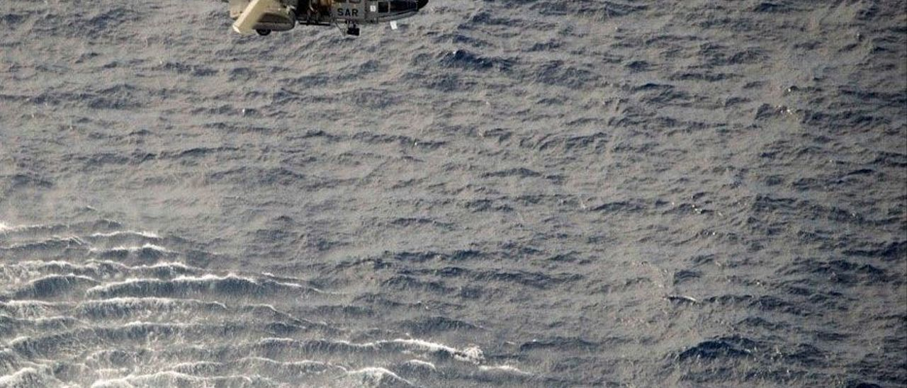 El helicóptero del SAR del Ejército del Aire procede al rescate de los únicos supervivientes del cayuco
