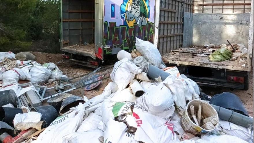 Cazan a dos camiones tirando 20 toneladas de escombros en la Canyada