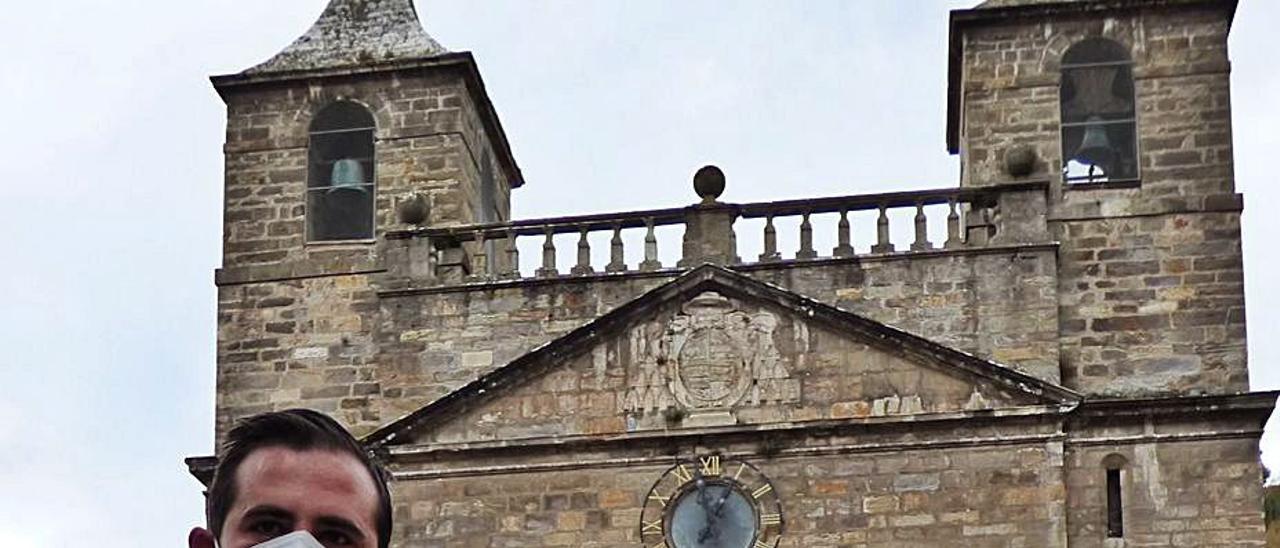 Miguel Vilariño, ante la basílica de Cangas del Narcea.   D. Á.