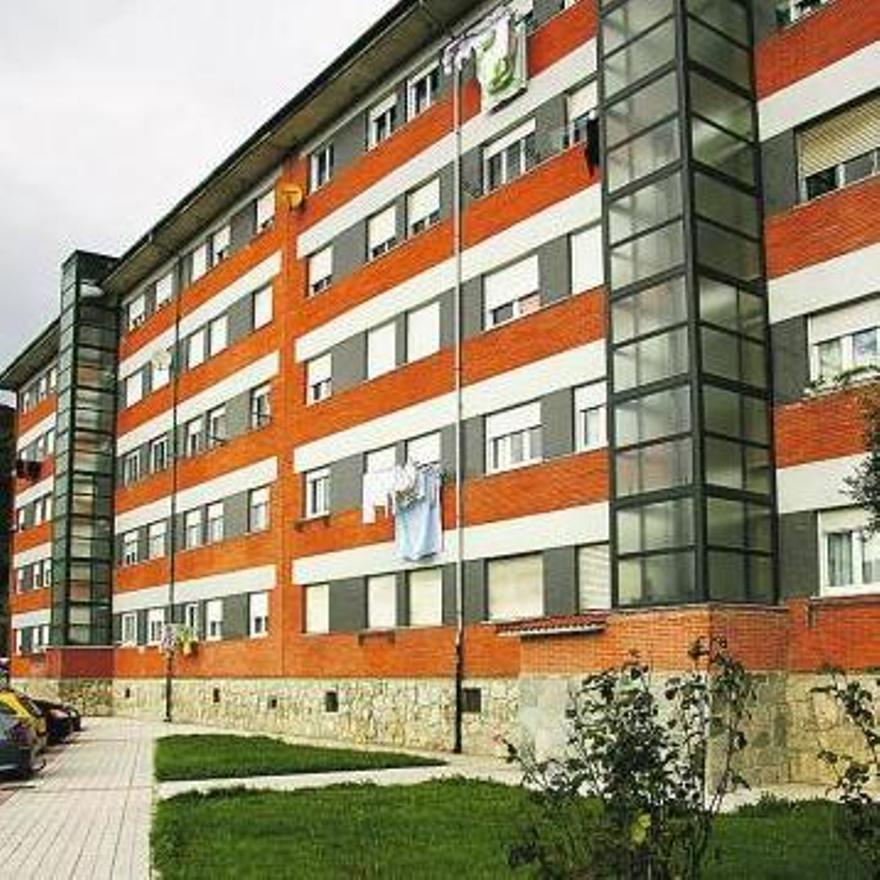 Un edificio de Riaño con ascensores instalados en su fachada.
