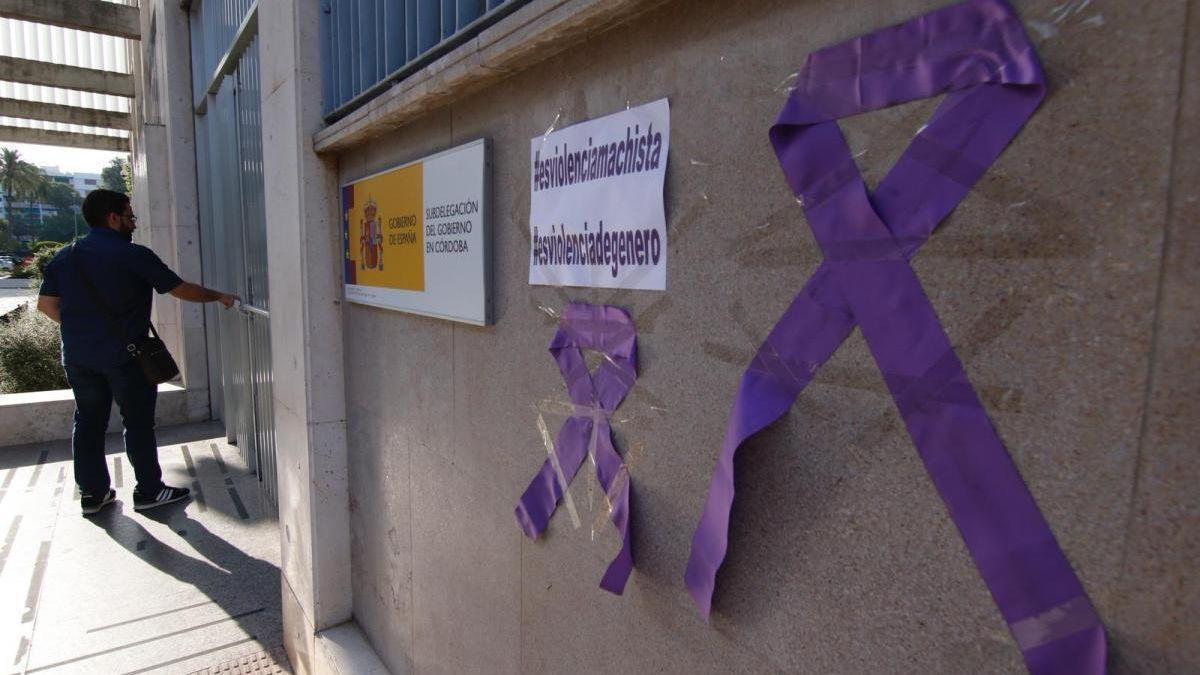 Lazos morados en la puerta de la Delegación del Gobierno en Córdoba.