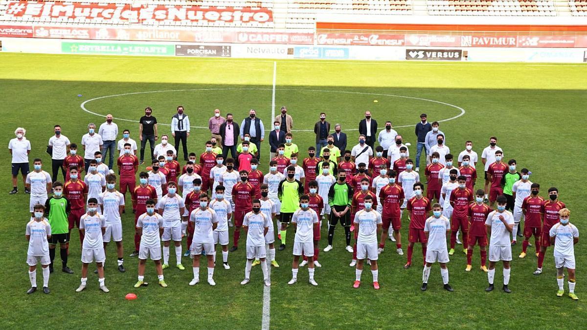 Fotografía del entrenamiento de la categoría cadete masculino, en el Estadio Enrique Roca de Murcia. | FFRM