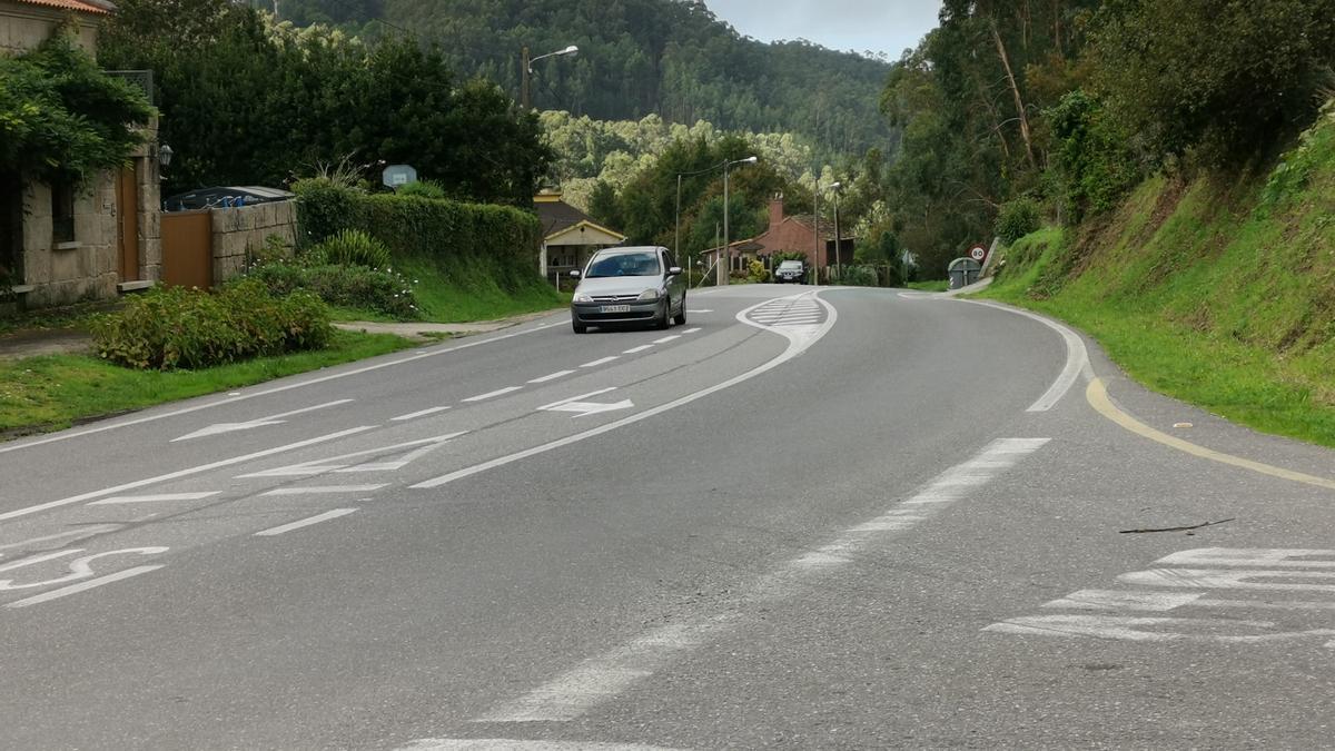 La carretera PO-551 por donde discurrirá la senda.
