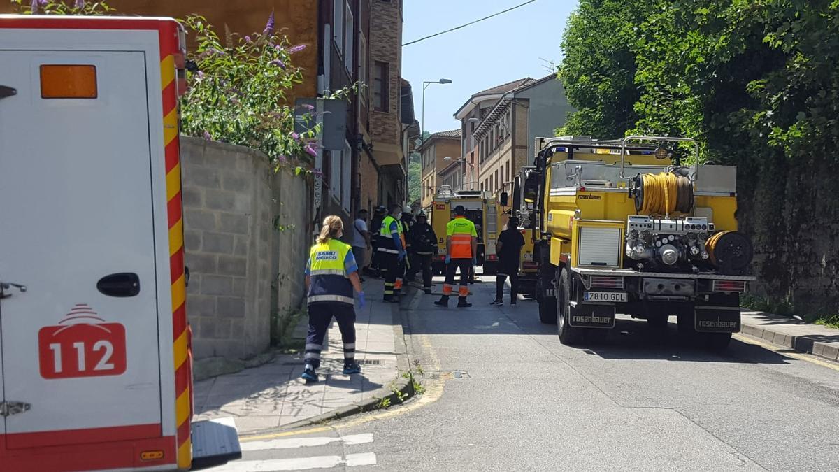 Bomberos, policía y sanitarios ante la vivienda en la que se produjo el reventón