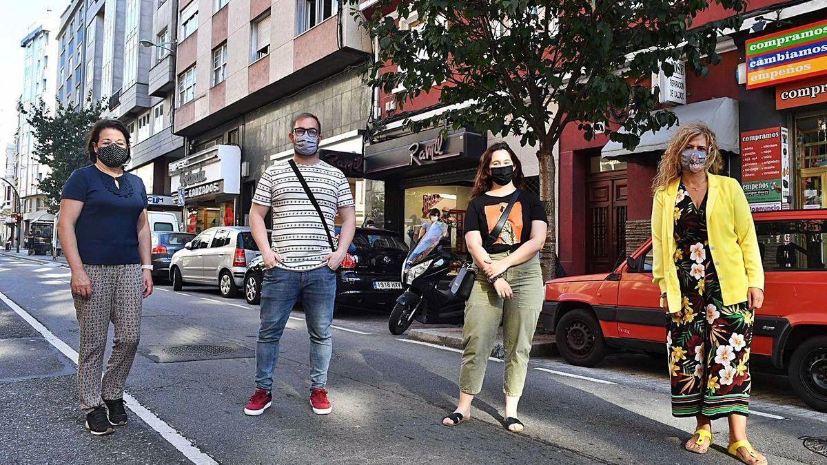 Comerciantes del Distrito Oza, ayer en la avenida de Oza.