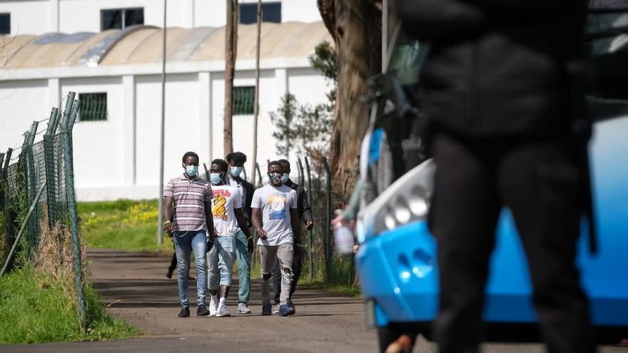 Llega el primer centenar de migrantes al acuartelamiento de Las Canteras