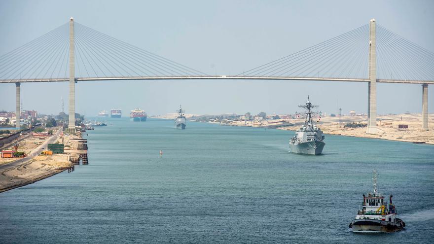 Cruzan el Canal de Suez los últimos barcos atascados por el 'Ever Given'