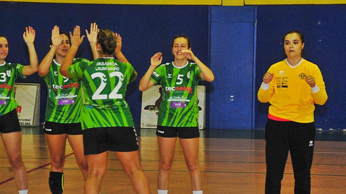 Las jugadoras del Asmubal celebran un acierto durante un partido de competición. |  // IÑAKI ABELLA