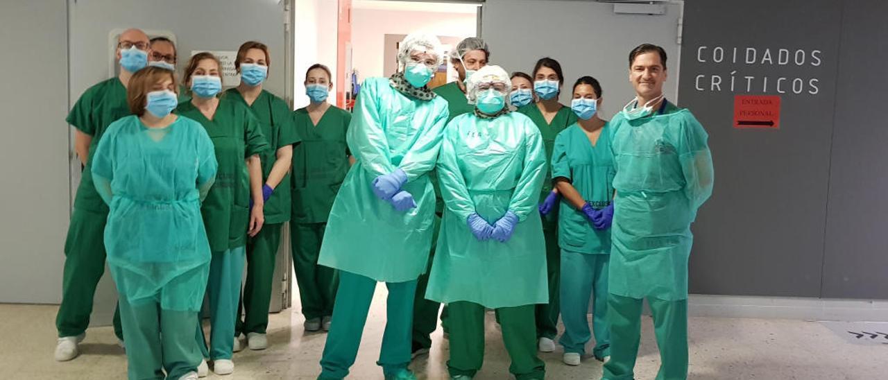 Sanitarios de la unidad de críticos del CHUS tras el traslado a planta de los dos primeros enfermos. // E.P.