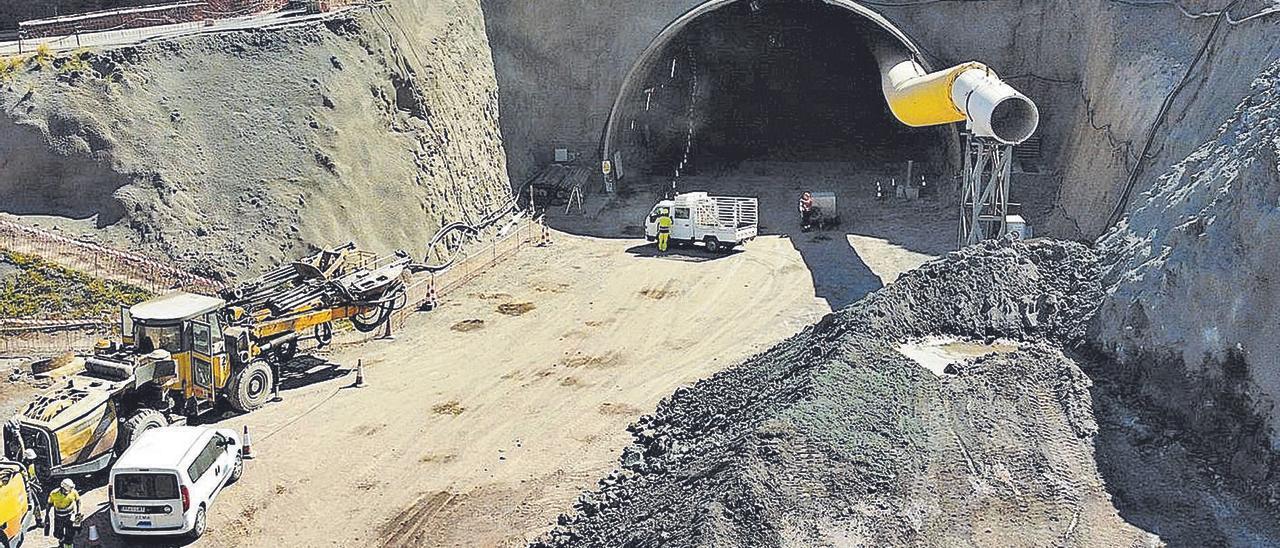 Vista general de las obras que se llevan a cabo en el túnel, dentro de la nueva carretera de Agaete a La Aldea. | | LP/DLP