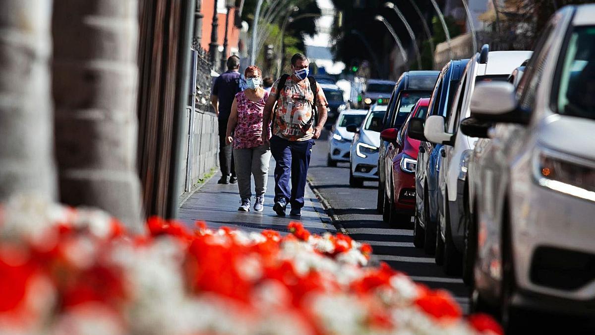 Varios peatones caminan por una acera de la capital tinerfeña.
