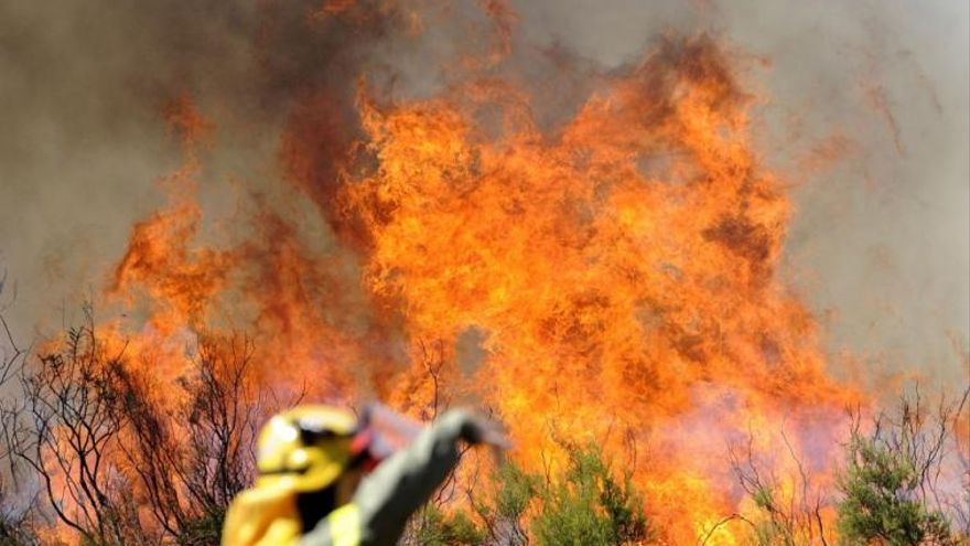 Continúan los esfuerzos por extinguir una oleada de hasta 16 incendios en Galicia