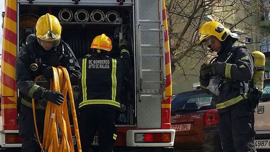 Un incendio afecta a varios coches en la plaza san Juan de Dios de Vélez-Málaga