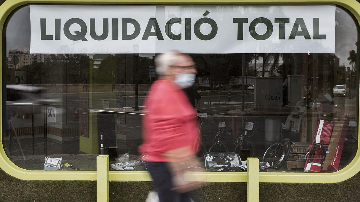 Les persianes baixades i els cartells de liquidació s'han anat estenent entre els comerços valencians des de l'inici de la crisi. | GERMÁN CABALLERO