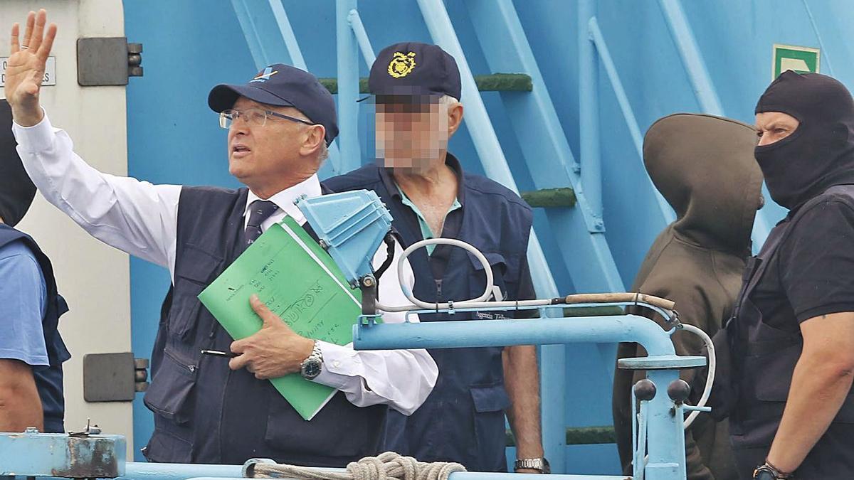 Lino Alonso, con la mano en alto, durante la descarga del alijo del 'Gure Leire', en 2019.     // ALBA VILLAR