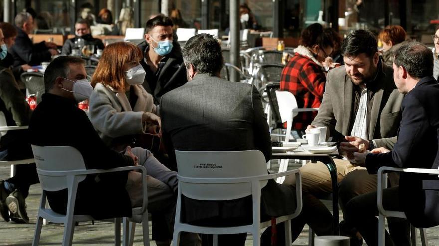 Sanidad plantea cenas de seis personas en las Navidades y toque de queda a la 1.00 horas