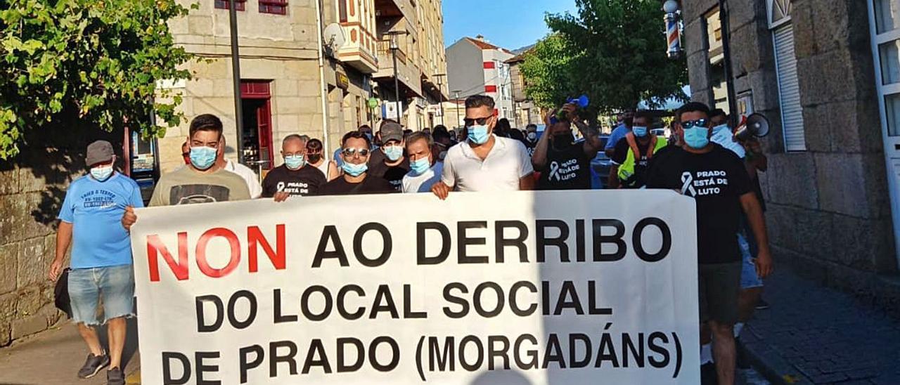 Doscientos vecinos marcharon por Gondomar para exigir que se mantenga en pie el local social. |