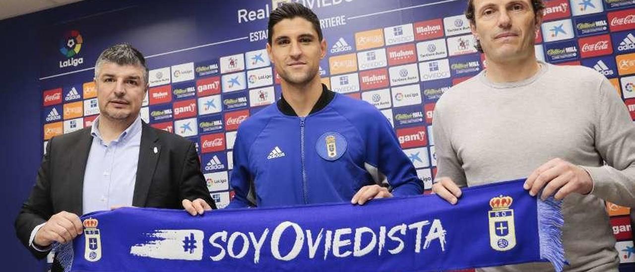 César Martín, Simonne Grippo y Francesc Arnau, ayer, en la presentación del central como nuevo jugador del Oviedo.