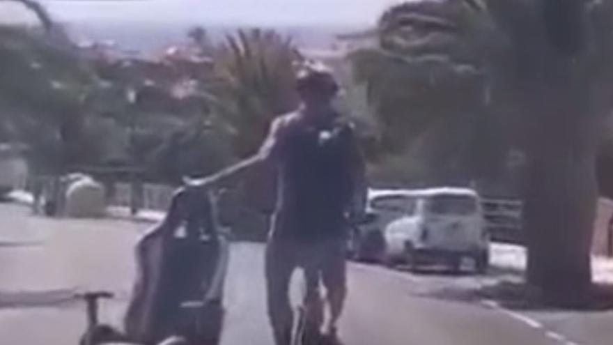 """""""Pasen a ver el circo"""": Un ciclista circula transportando una silla de escritorio en Canarias"""