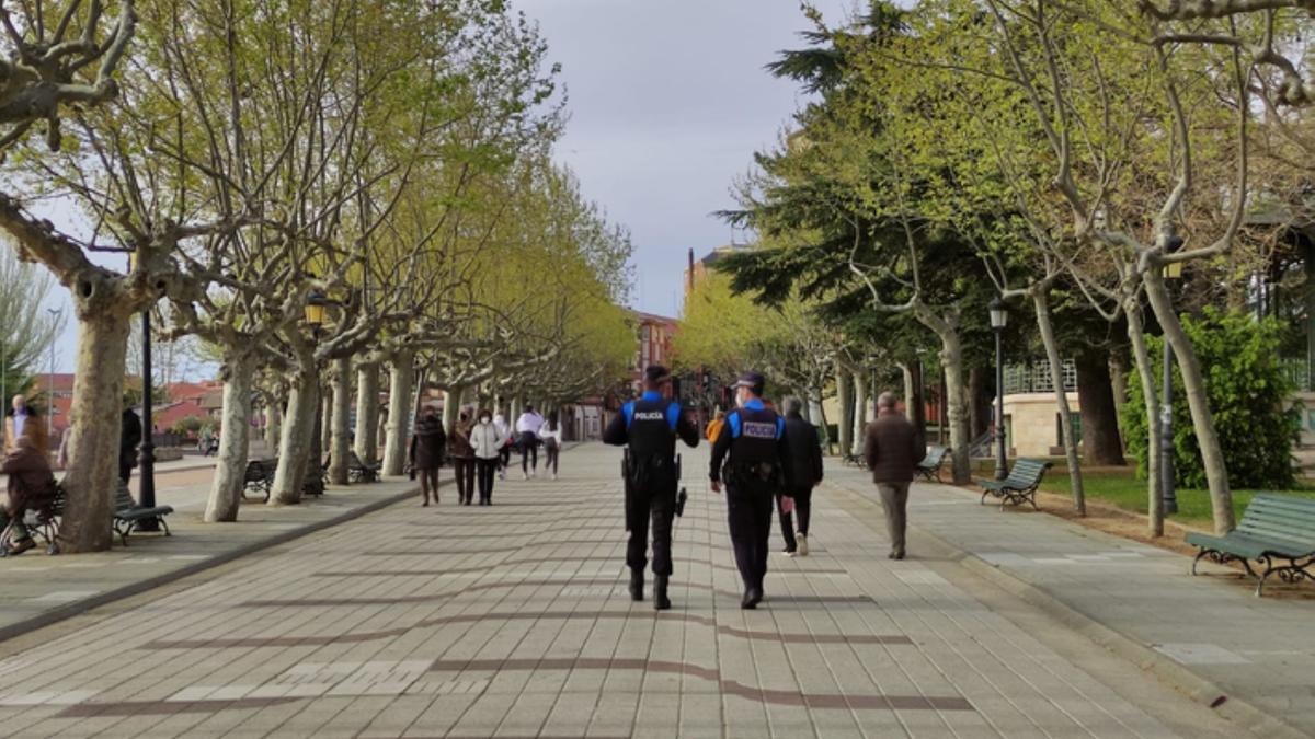 Dos policías locales de Benavente, en la Mota. / E. P.