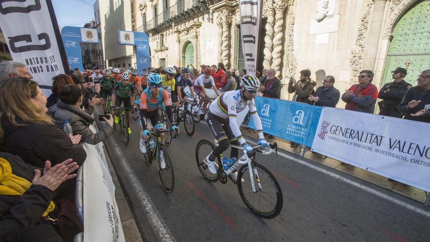 La fachada marítima de Alicante, cortada al tráfico este jueves por la Vuelta Ciclista a la Comunidad