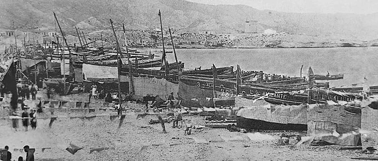 La playa del Carrerlamar llena de barcas de pesca, con la Torre de la Illeta al fondo, en 1935. |
