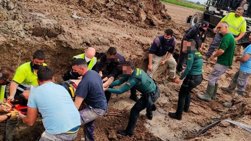 Los bomberos rescatan a un operario sepultado en una zanja en San Fulgencio