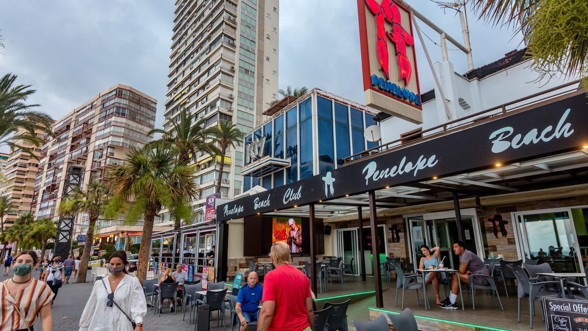 Algunos pubs y discotecas de Benidorm han reabierto como cafeterías para volver a tener clientes.