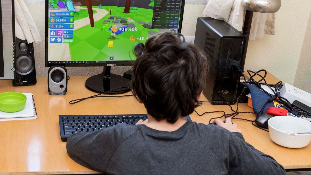 Imagen de archivo de un menor jugando a un videojuego.