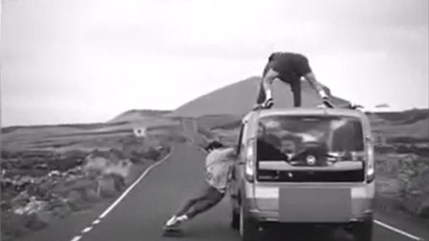 En monopatín y sobre el techo del coche, última temeridad en Canarias