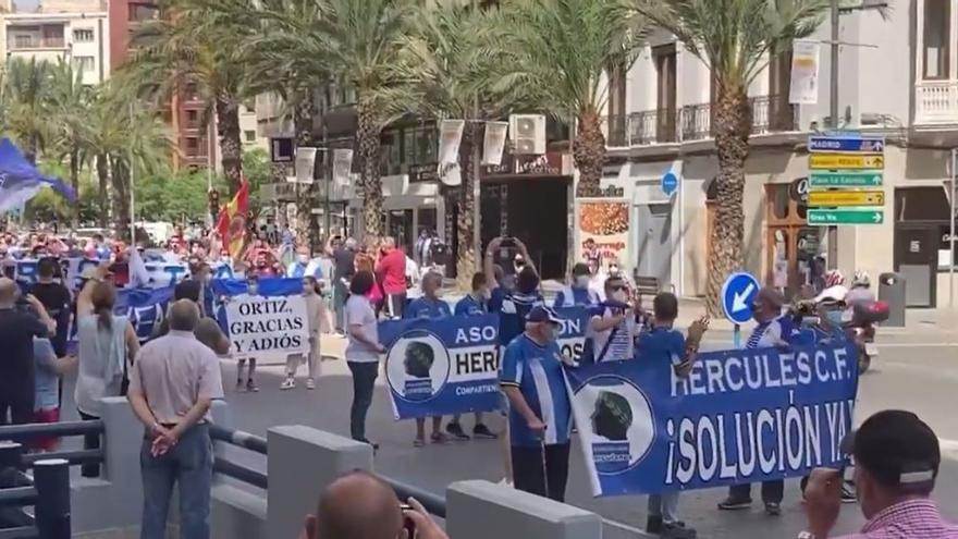 Un millar de aficionados del Hércules salen a la calle para pedir la marcha de Enrique Ortiz