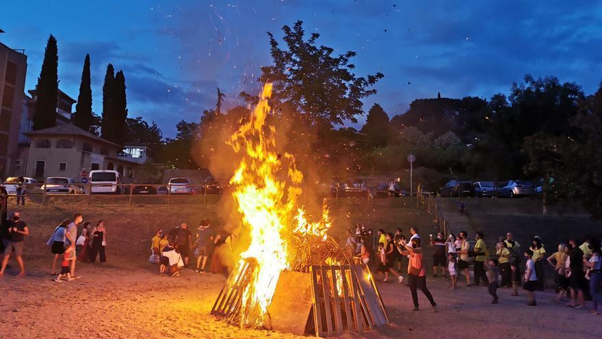 El barri de Carme-Vista Alegre celebra les seves festes recuperant la foguera de Sant Joan