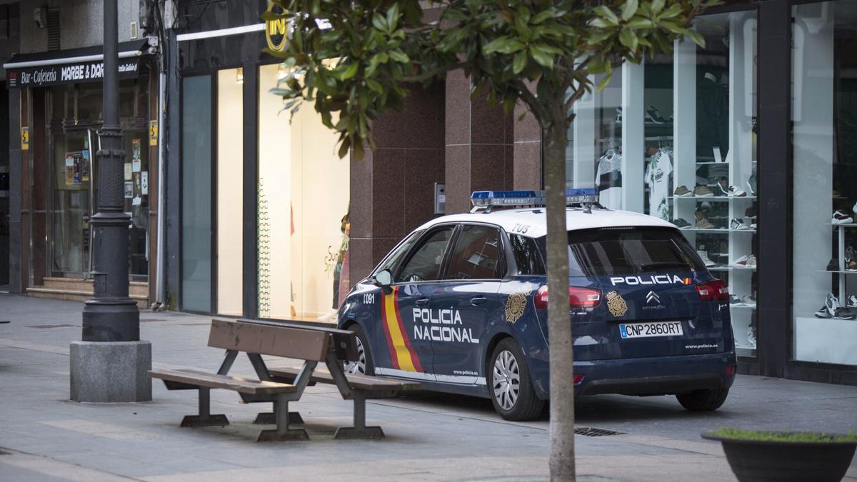 Un vehículo de la Policía Nacional patrulla por Mieres