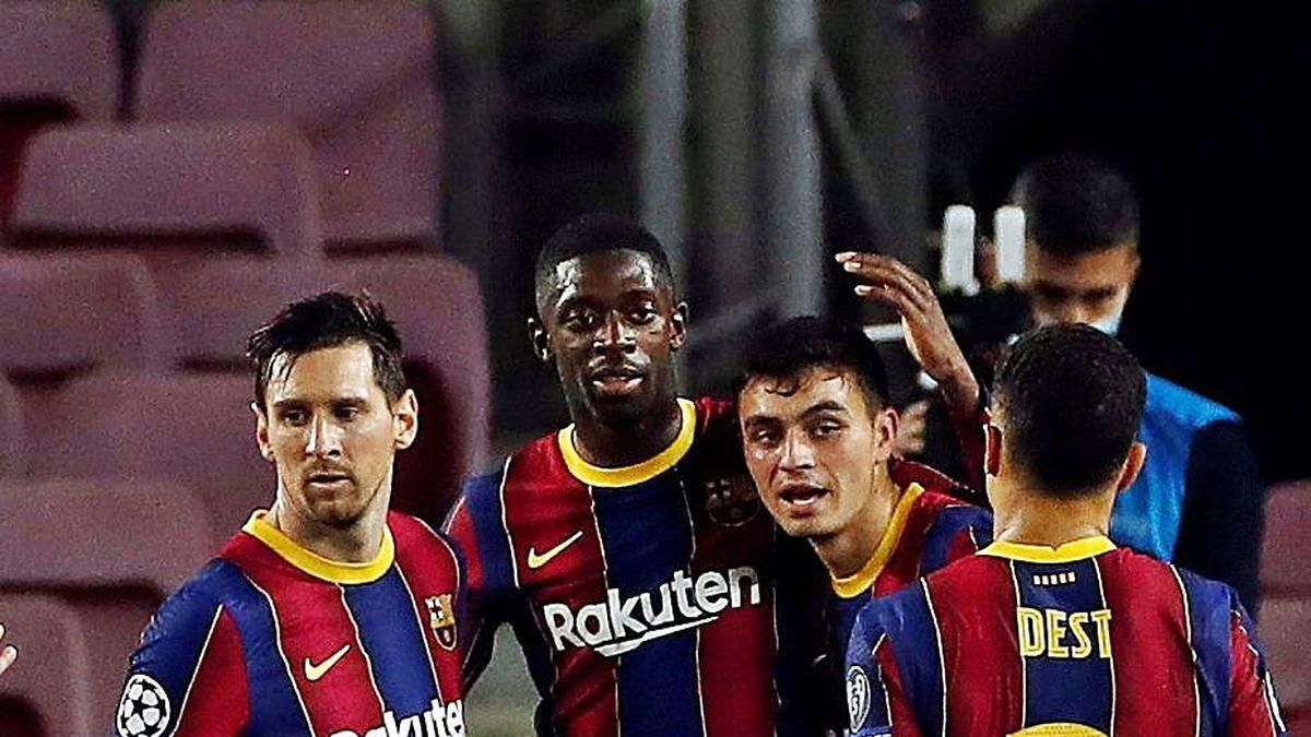 Los jugadores del Barcelona felicitan a Pedri tras su gol.