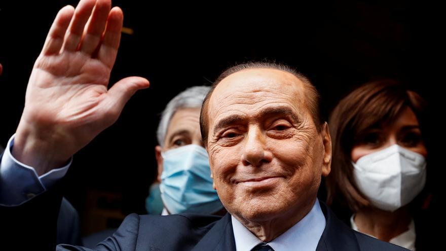 El entorno de Berlusconi dice que está bien pese a permanecer hospitalizado