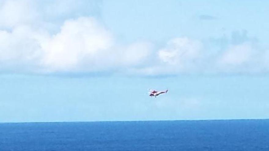 Un helicóptero rescata a una bañista en el Puerto de la Cruz